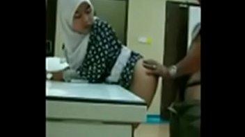 cewe jilbab berkentot di kantor