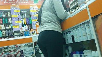 jovencita empinada sacando bum en leggins.