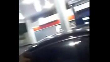 follan en la gasolinera mira su.