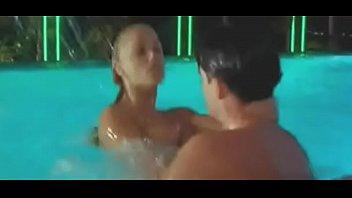 gif elisabeth berkley grosse defonce dans la piscine.