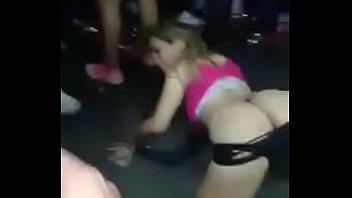 rubia bailando sizzling en la disco.