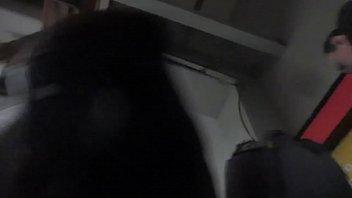 bajo la falda en las escaleras electricas del metro