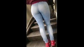 rubia con buen donk en jeans claros en.