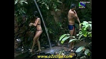 model negar khan taking bathtub iss jungle se.