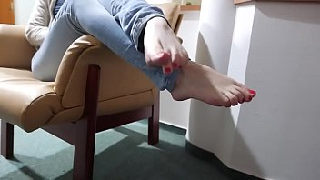 cams4freenet - barefooted ambling on the floor of motel
