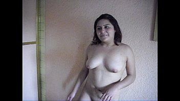 TANIA Desnudandose con la PANOCHA mojada.AVI