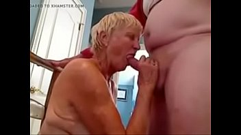 oma 70 jaar pijpt haar guy