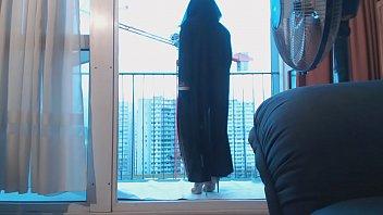musulmane voileacute_e danse sur le balcon devant un grutier