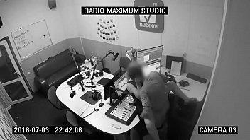 Pareja teniendo sexo en cabina de radio